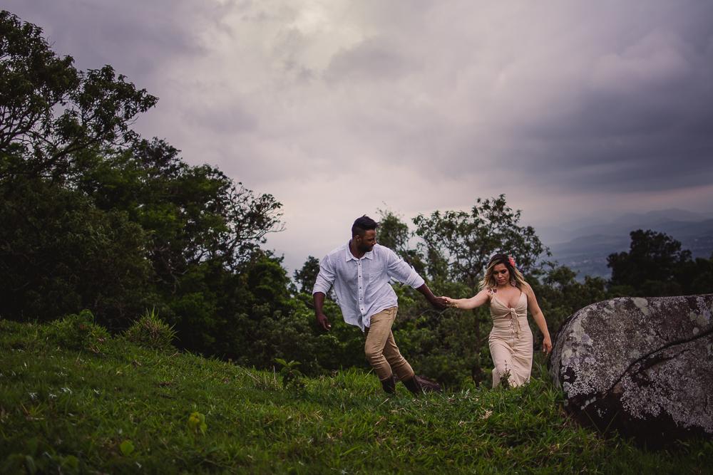 Casal andando na grama. Parque da Fonte Grande em Vitória, Espírito Santo. Dia nublado. Fim de Tarde