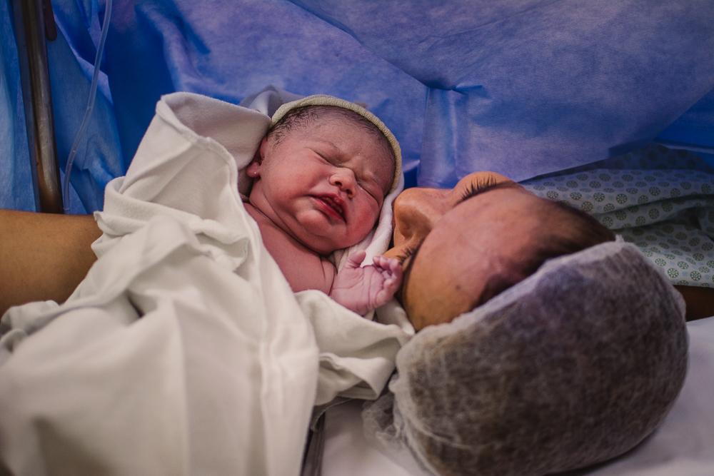 Documental de Parto. Momento em que a mãe recebe seu bebê!