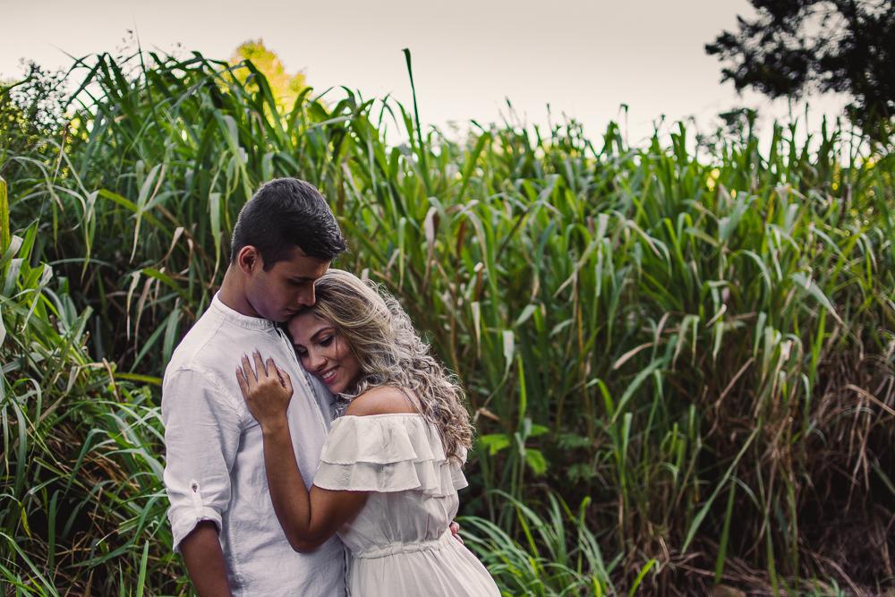 casal abraçados na trilha morro do moreno, vila velha, es