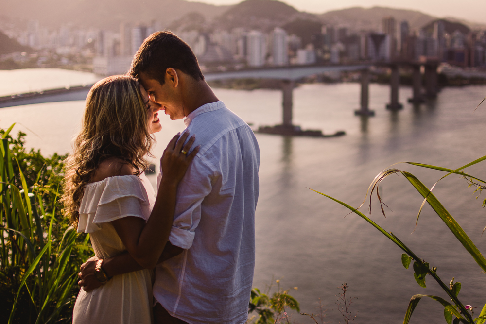 casal abraçado, com plano de fundo a terceira ponte que liga vitória e vila velha no espírito santo