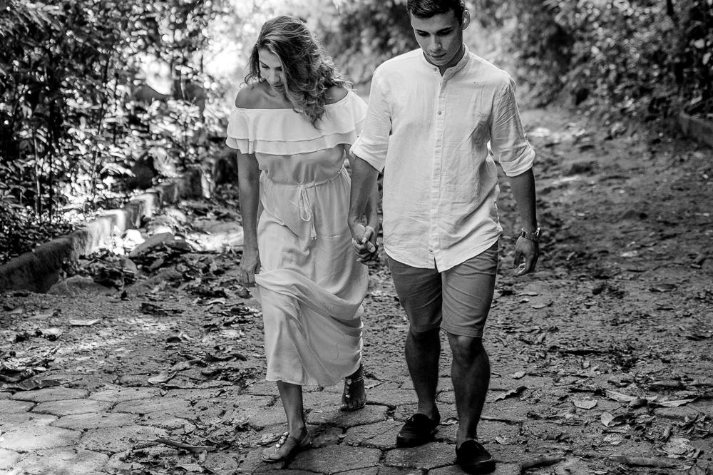 casal subindo de mãos dadas, estrada morro do moreno, vila velha, es