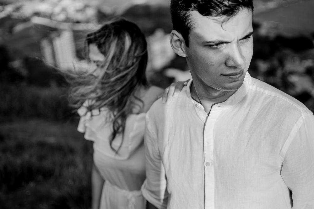 foto preto e branco, casal sobre o sol no morro do moreno vila velha es