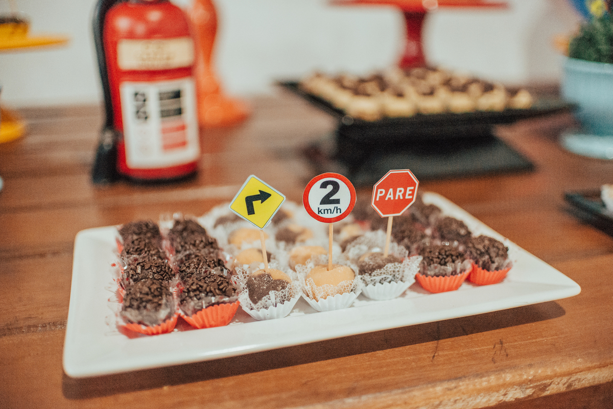 Fotografia da festa de aniversário de 2 aninhos com brigadeiros de chocolate e plaquinhas de trânsito.