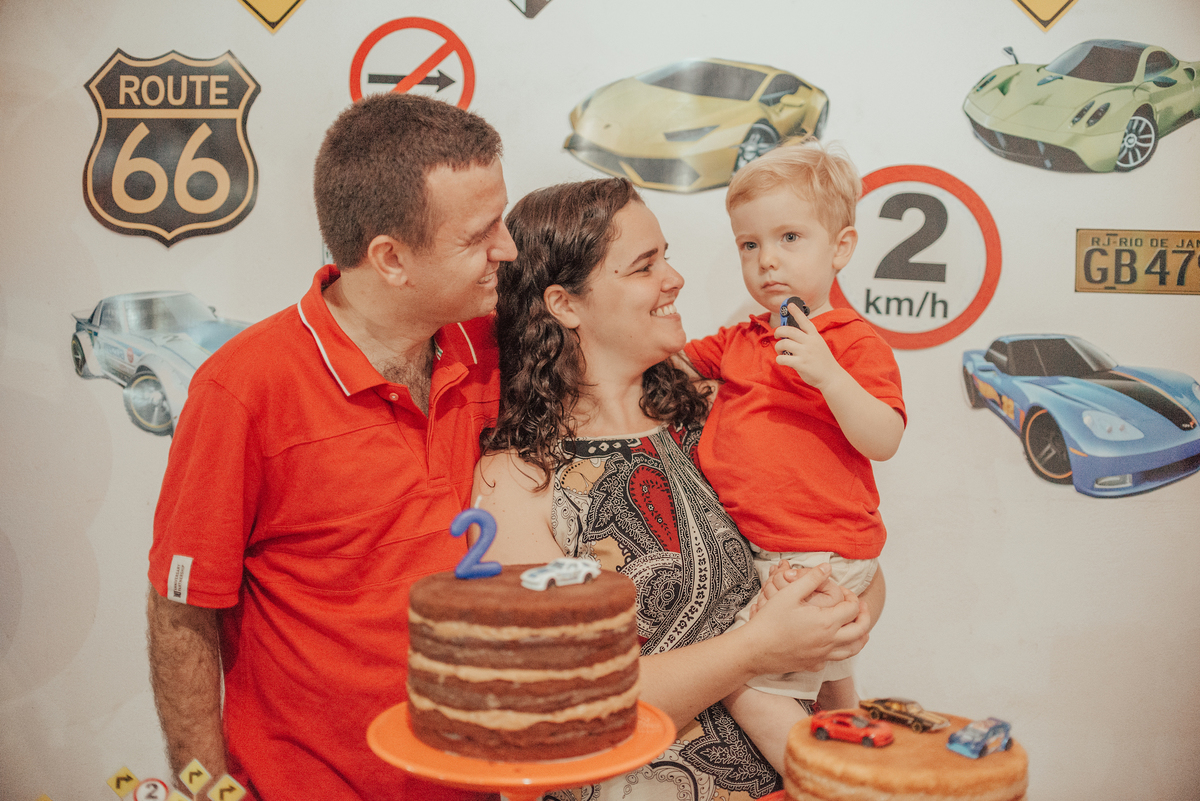 Fotografia dos pais com filho na mesa de decoração .