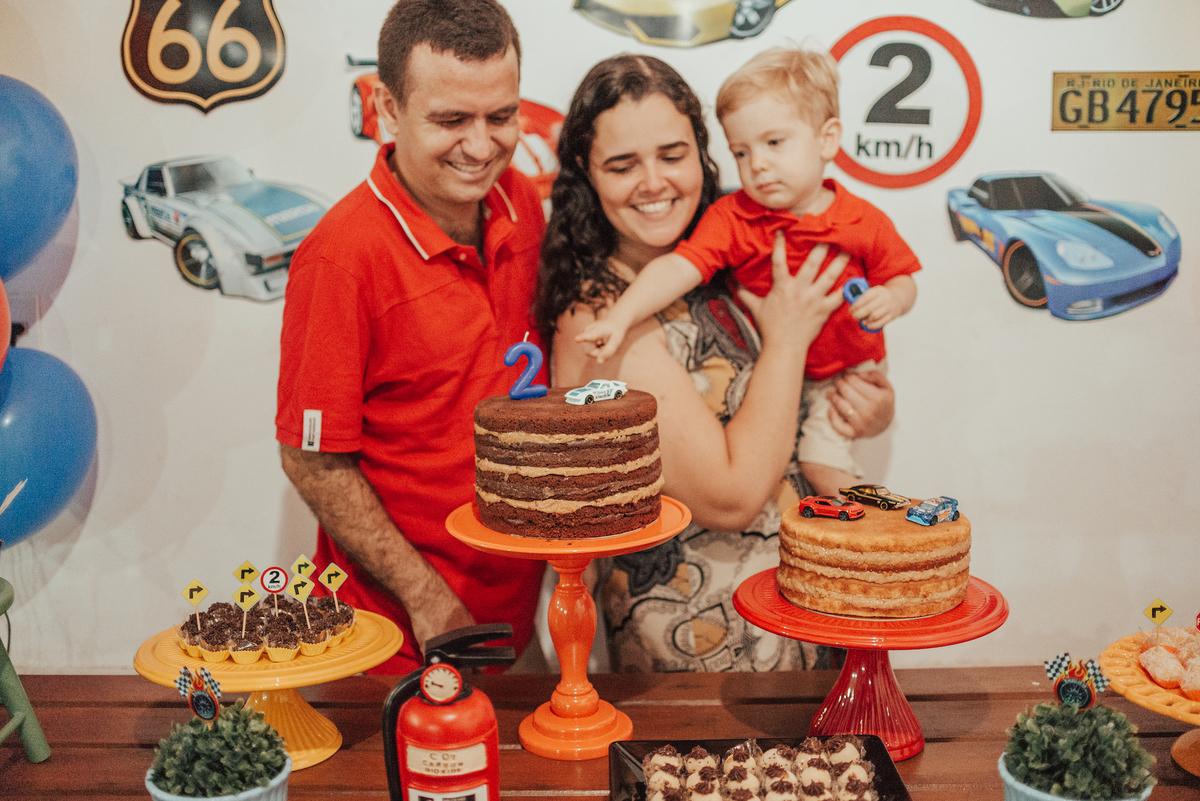 Fotografia de familia na mesa decorativa do aniversário de 2 anos.
