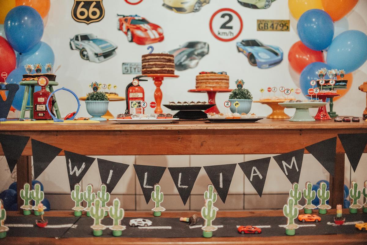 Fotografia da mesa decorativa da festa de aniversário de 2 anos com o tema Hotwheels.