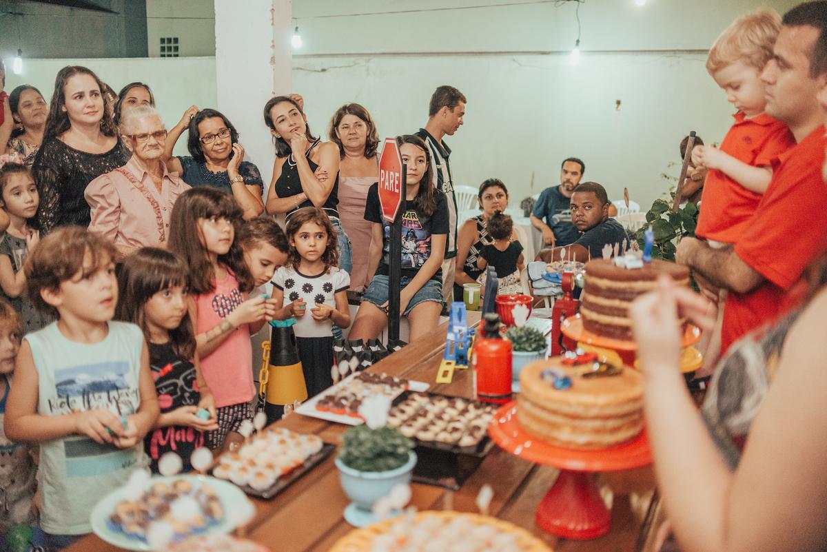 Fotografia do momento de cantar parabéns para o aniversariante. Festa tema hotwheels.