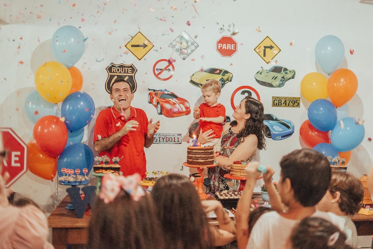 Estourando os confetes na festa de aniversário de 2 anos. Tema da festa Hotwheels. Fotografia de aniversário em casa.