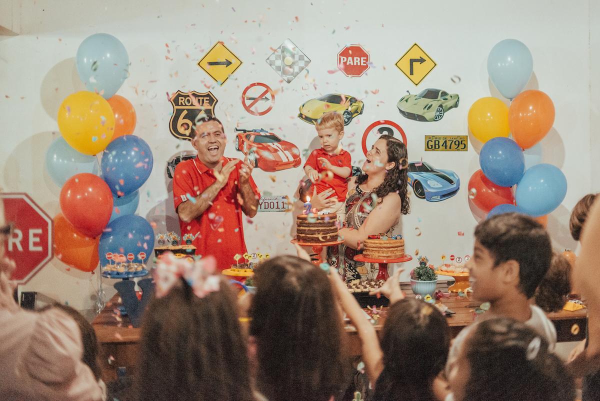 Fotografia de aniversário em casa. Festa de aniversário de 2 anos tema Hotwheels.