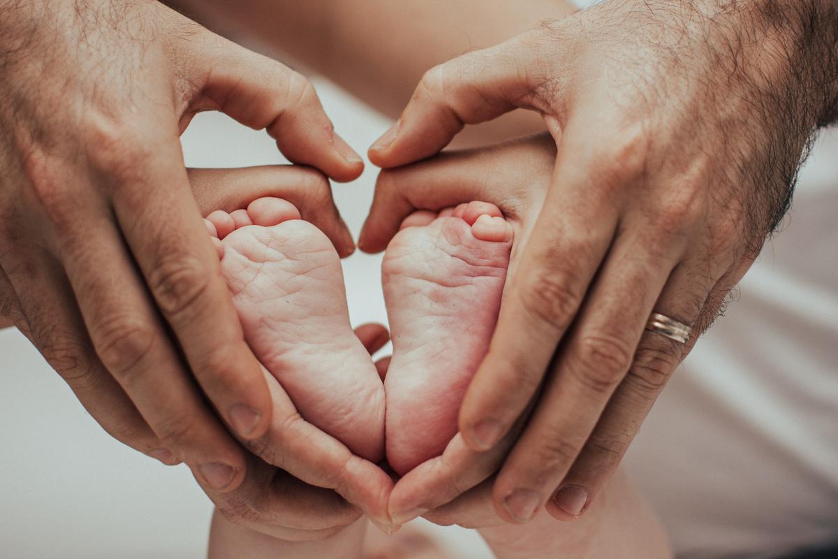 Fotografia dos pés do neném. Fotografia dos pés do bebê. Ensaio fotográfico de família.