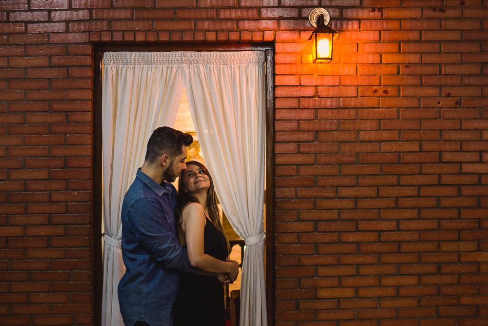 Retrato do casal dentro da igreja católica em Londrina-PR.