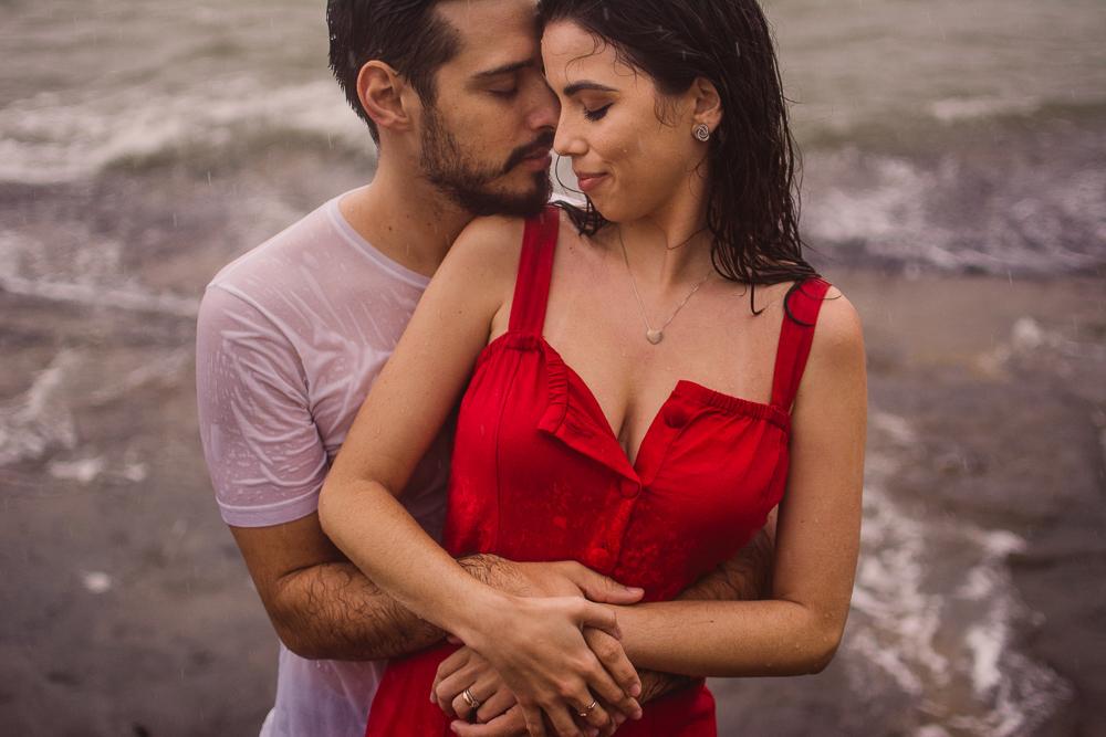 Fotografia na chuva. Ensaio fotográfico de casal. Abraçados e com rostos colados um ao outro. Ensaio realizado na Ilha do Boi, Vitória Es.