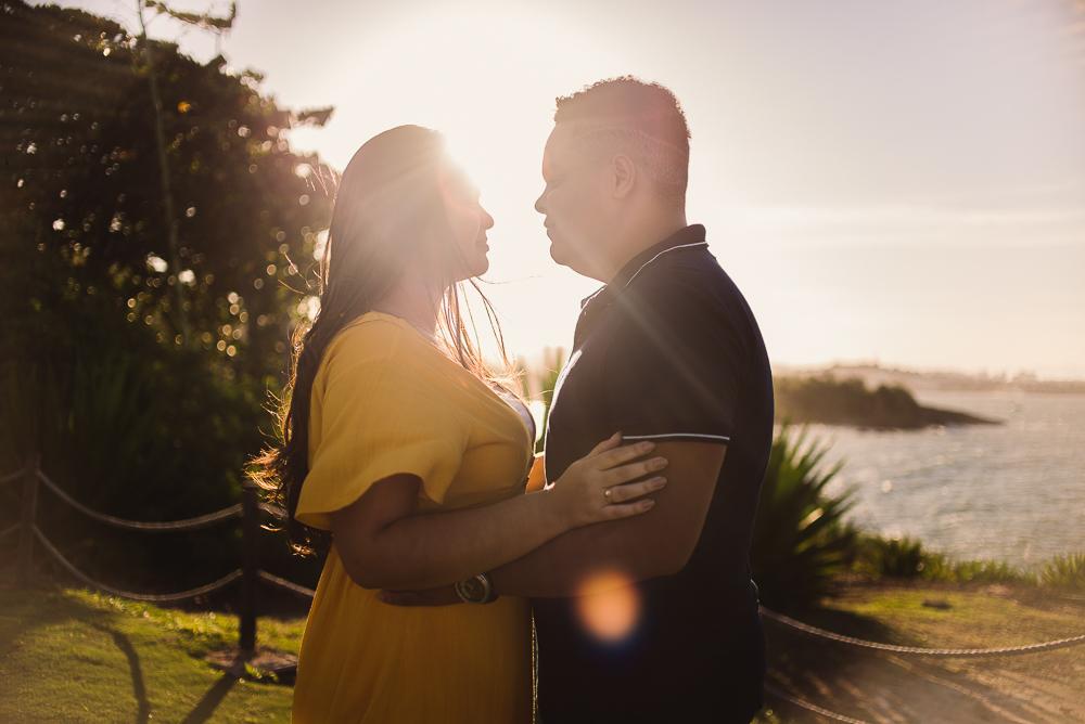 Fotografia contra luz, do casal. Ensaio Pré Casamento realizado no Farol de Santa Lúcia em Vila Velha, Espírito Santo.