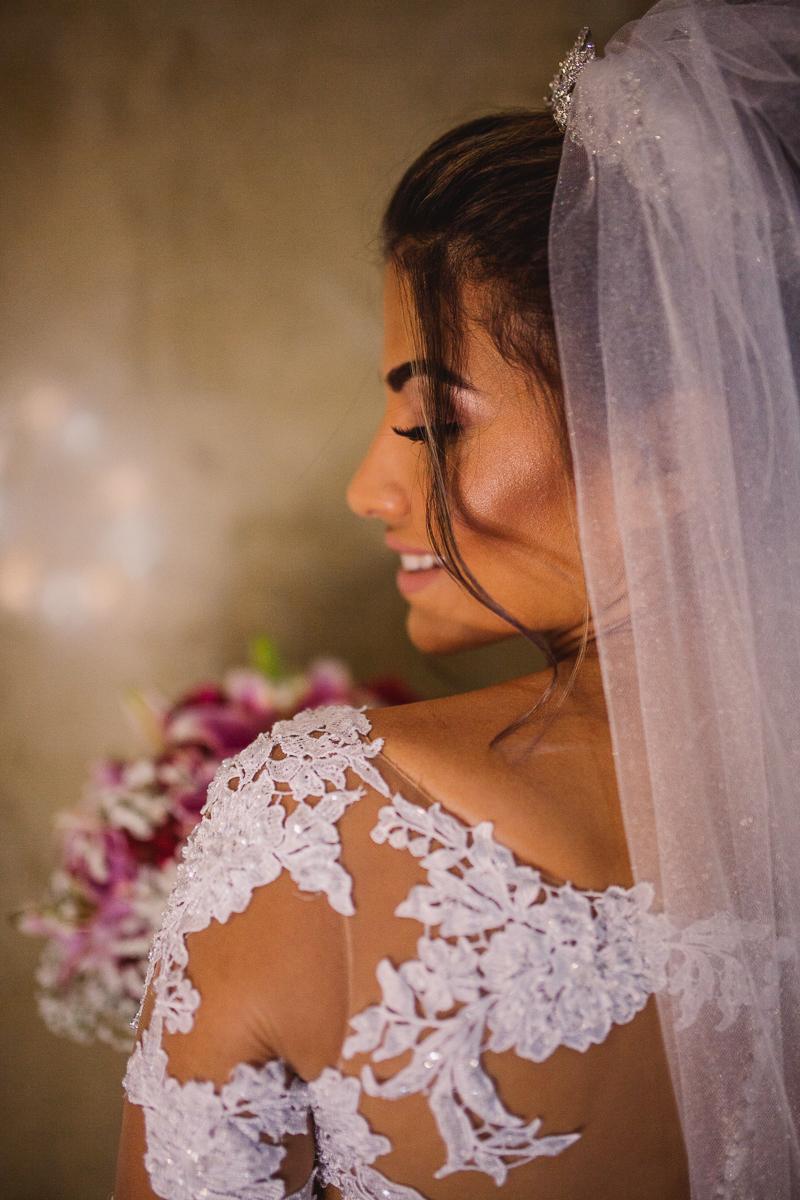 Retrato da noiva. Detalhes do vestido. Noiva sorrindo. Espaço Bruna Carvalho. Vila Velha, ES