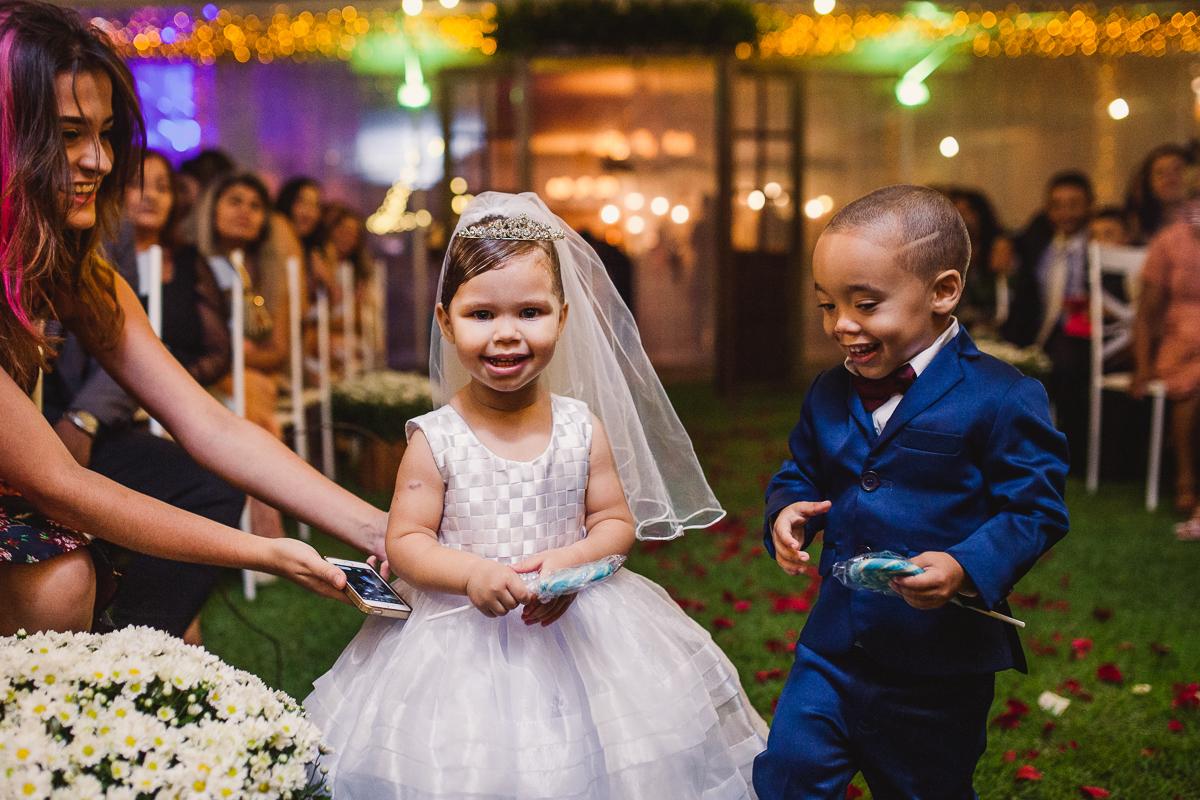 Pajem e daminha, vestidos de noivinhos na cerimônia de casamento. Fotografia de casamento. Cerimonial Saron