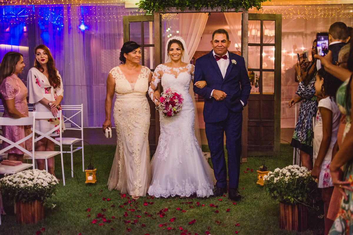 Entrada da noiva com seus pais. Cerimônia de Casamento. Fotografia de casamento realizada no Cerimonial Saron.