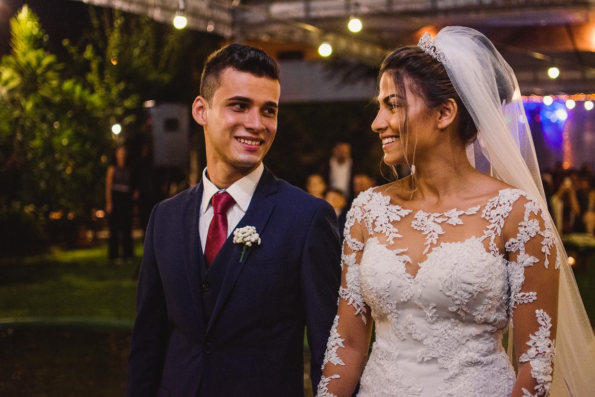 Fotografia de casamento. Cerimônia de casamento realizada no cerimonial saron. Noivos olhando um para o outro.