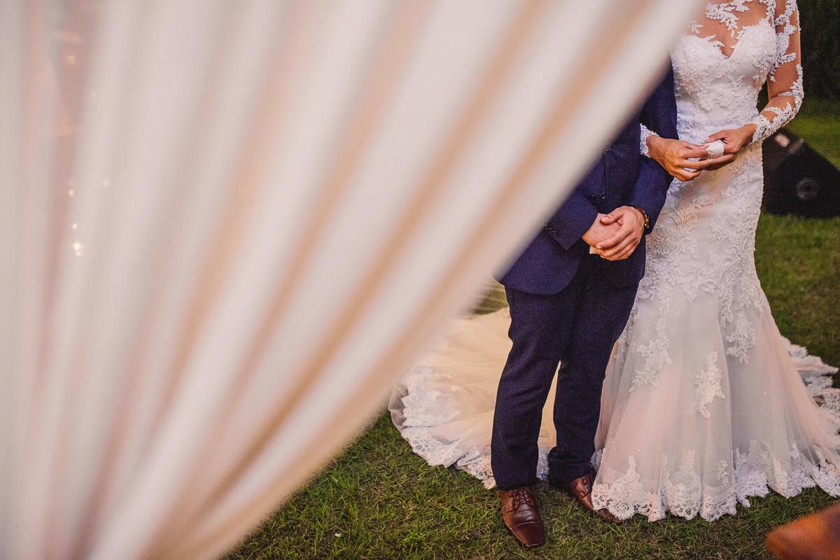 Fotografia dos pés dos noivos sobre cortina. Cerimonial Saron. Vila Velha, ES.