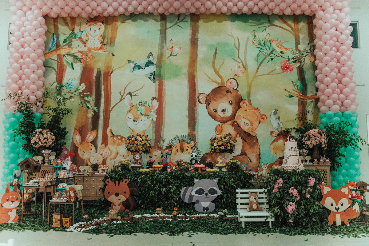 Fotografia da decoração da festa de 1 ano de aniversário. Tema: Bosque encantado.