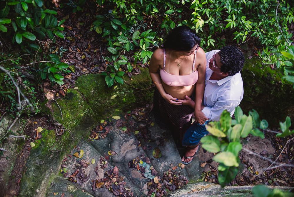 Ensaio de Gestante na Ilha de Paquetá, Rio de Janeiro. Casal subindo a escadaria.