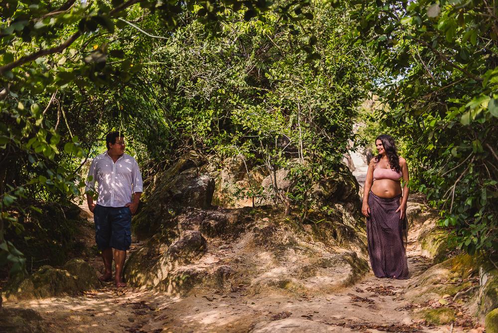 Casal em meio aos arbustos na Ilha de Paquetá. Rio de Janeiro.