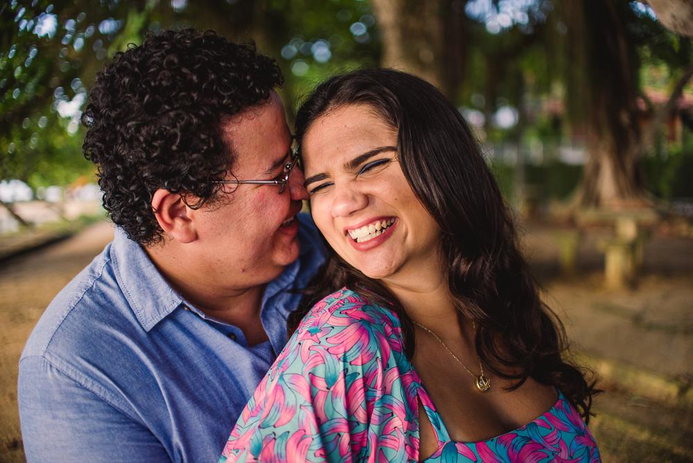 Casal sorrindo na Ilha de Paquetá. Ensaio de Gestante.