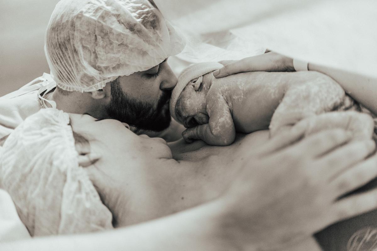 Fotografia do pai beijando filha. Documental de Parto realizado no Hospital Vitória Apart.