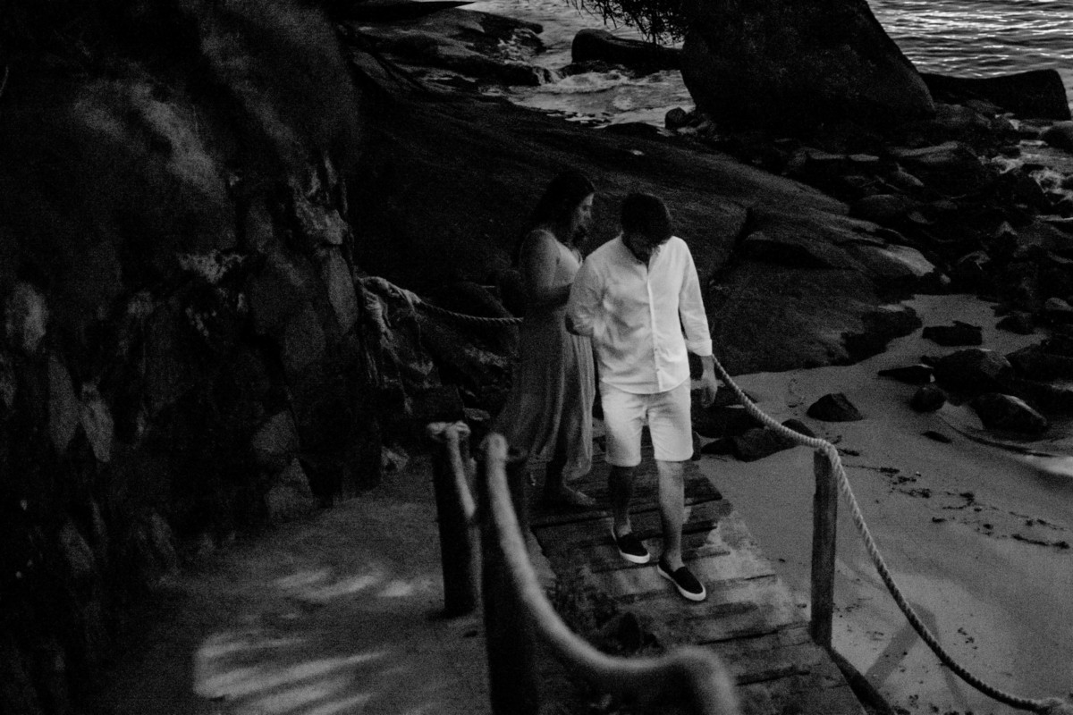 casal descendo a rampa da praia das bananas vila velha espírito santo, foto preto e branco