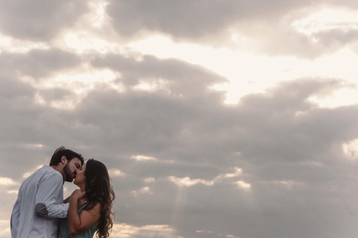 casal beijando na pedra da sereia, praia da costa, vila velha, es
