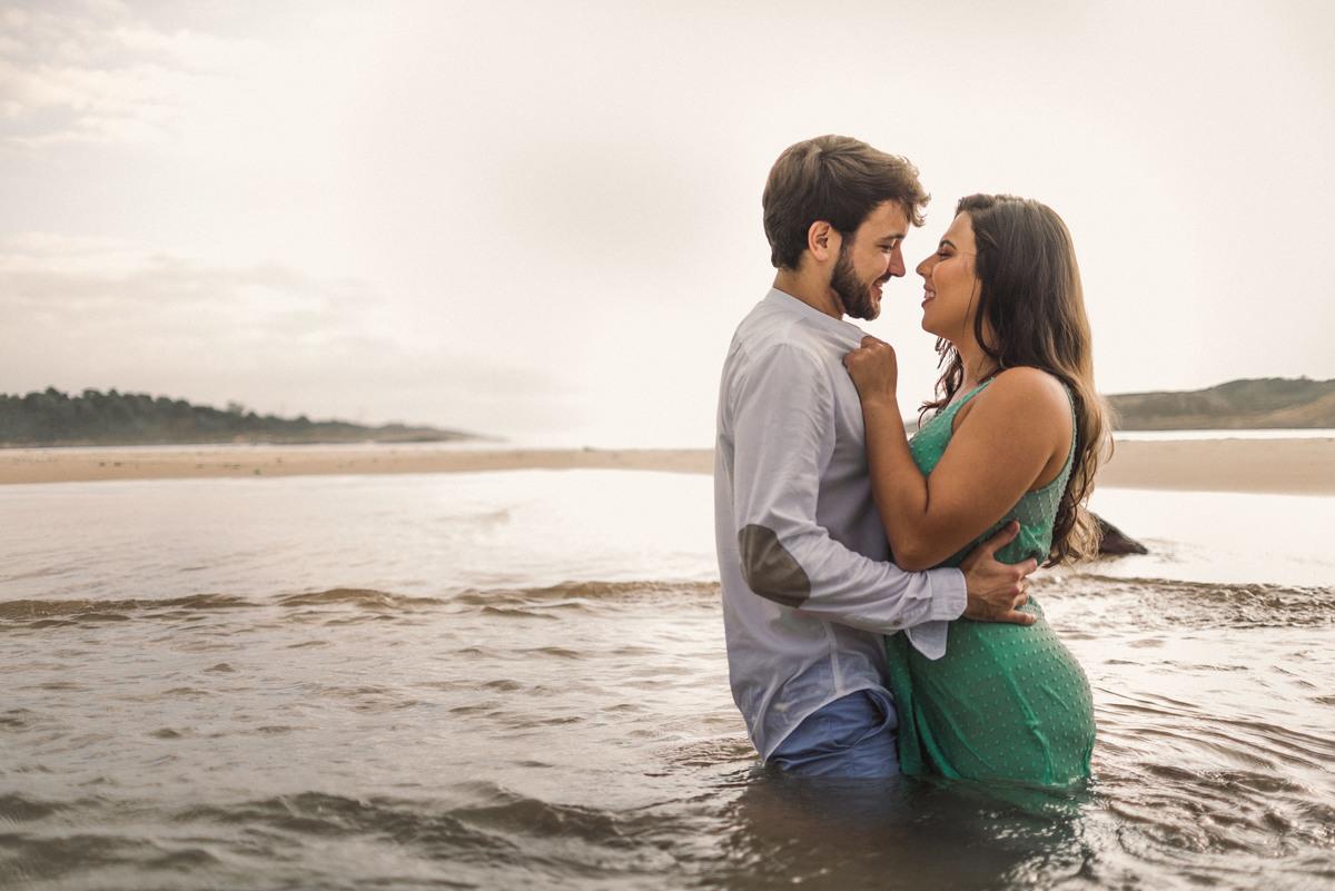 casal agarradinho na agua, praia da costa, pedra da sereia