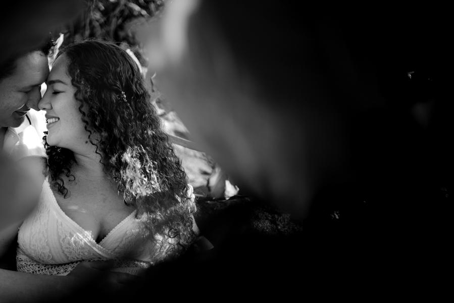 Fotografia Preto e Branco. Beijo esquimó. Ensaio Gestante na pedra pousada do farol.
