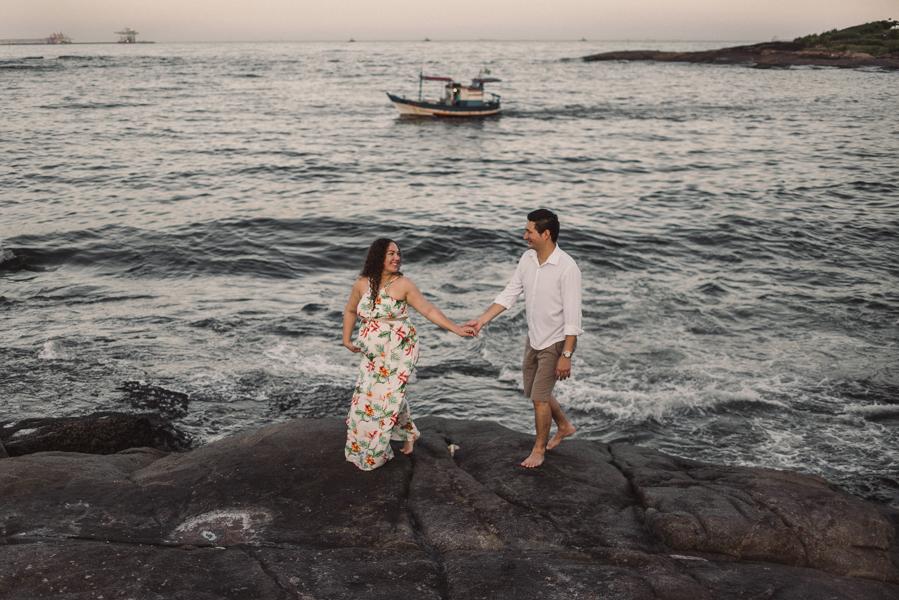 Casal caminhando sobre as pedras da Pousada do Farol, Morro do Moreno, Vila Velha Es.