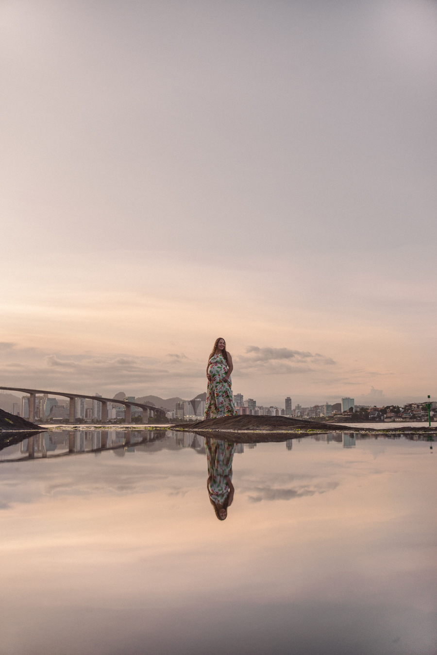 Retrato com reflexo da gestante sobre a água em Vila Velha, Morro do Moreno. Vista do por do sol, próximo a terceira ponte da capital Vitória - ES.