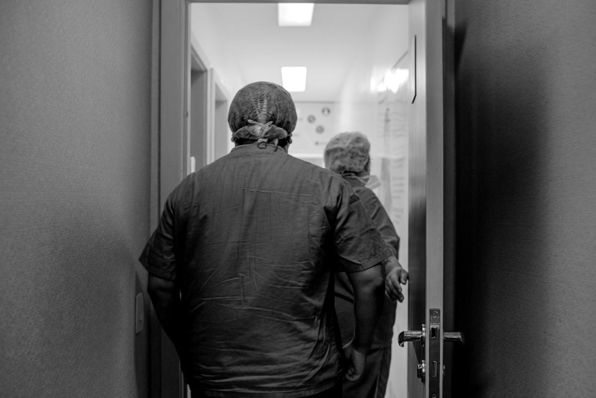 Pai de costas a caminho da sala cirúrgica.