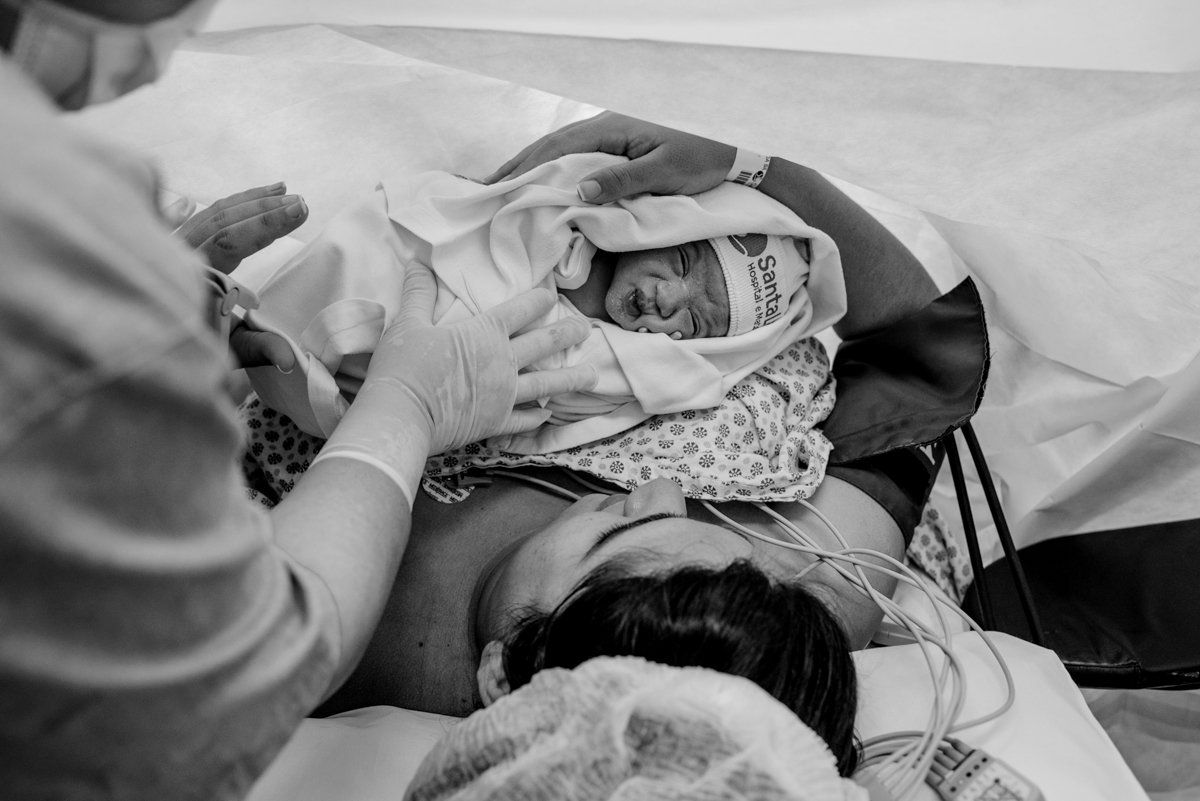 Primeiro toque da mãe no bebê recém nascido.