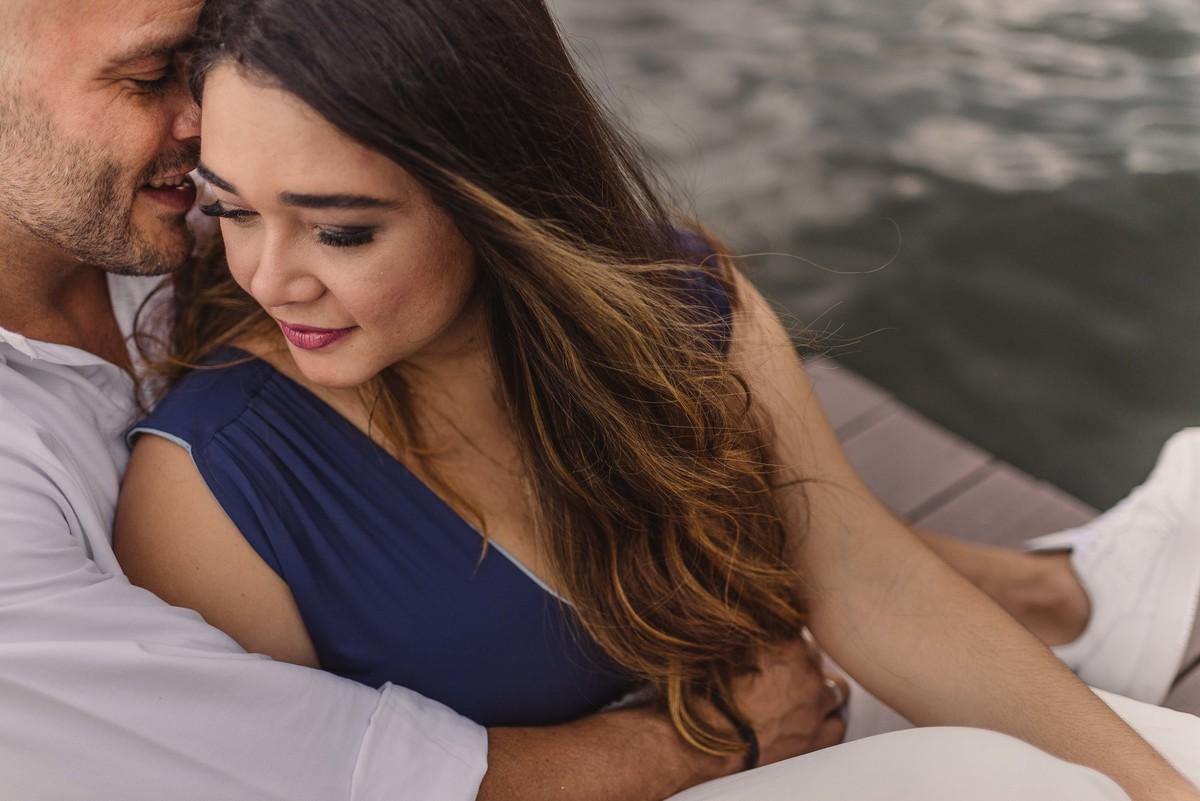 Casal sentado no deck da lago rodrigo de freitas no rio de janeiro.