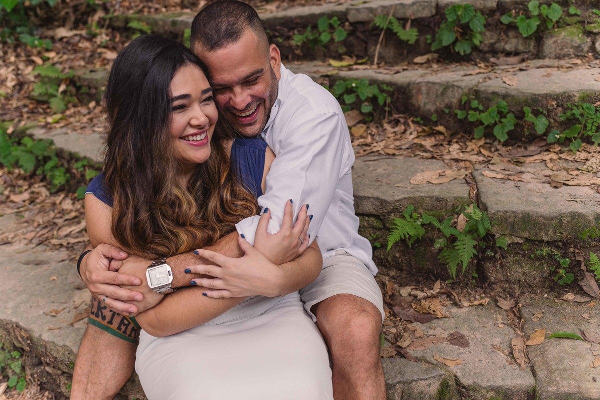 Casal abraçado na escadaria no Parque Lage.
