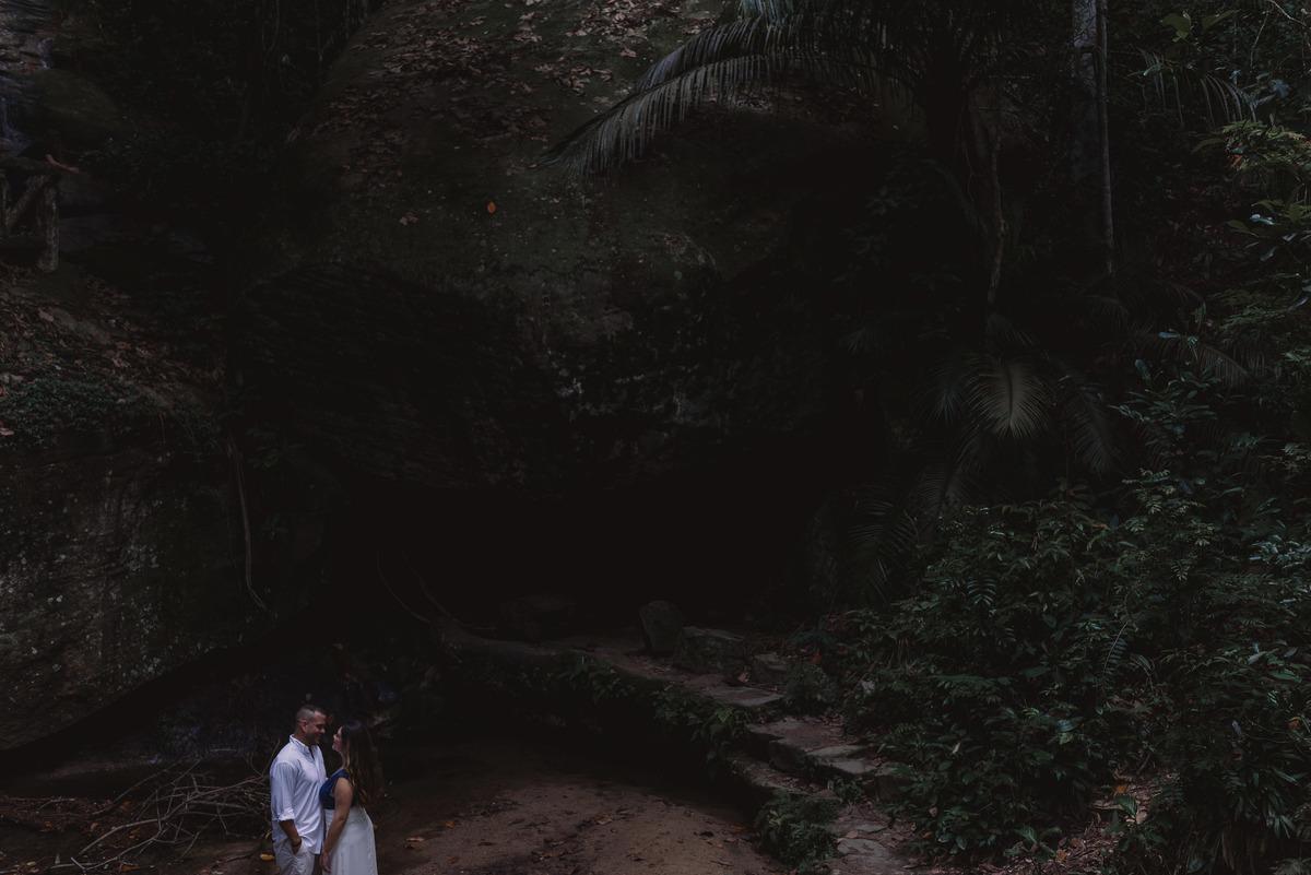 Retrato do casal em meio as rochas de uma cachoeira rasa, no Parque Lage - Rio de Janeiro.