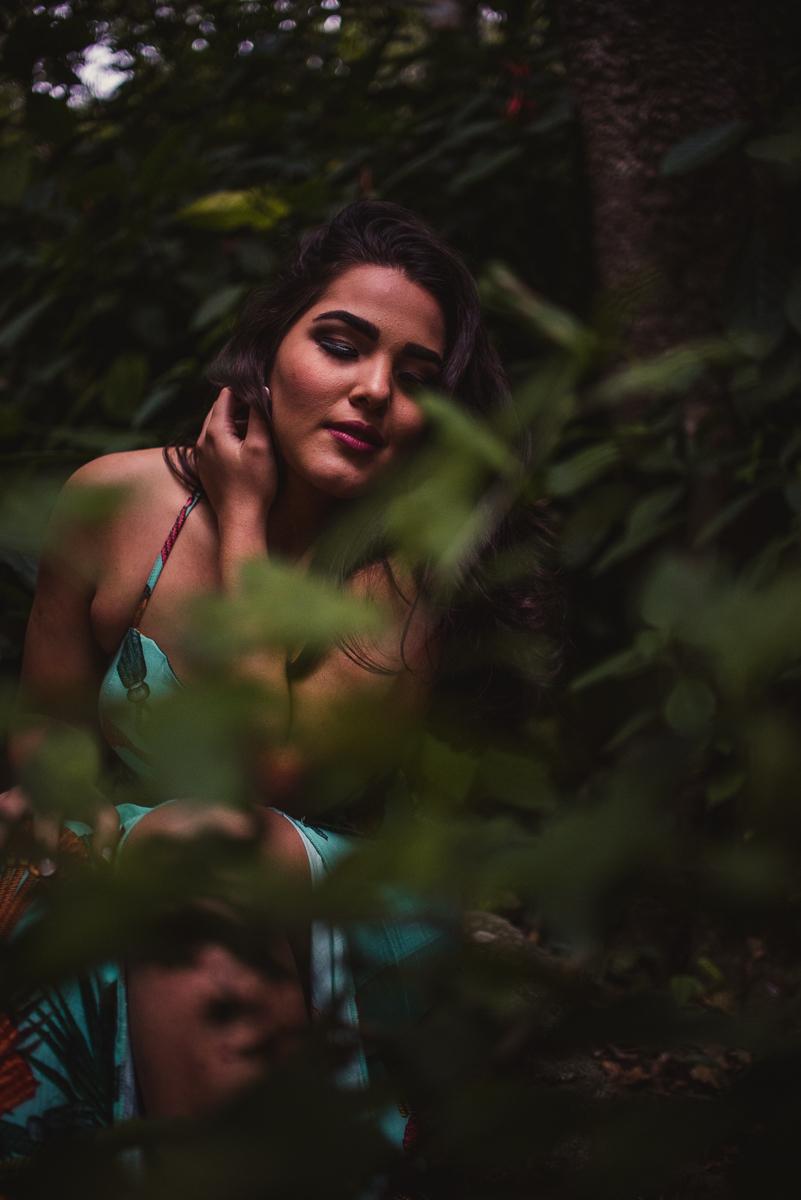 Ensaio fotográfico, Parque da Fonte Grande em Vitória, Espírito Santo. Retrato no meio das folhagens.