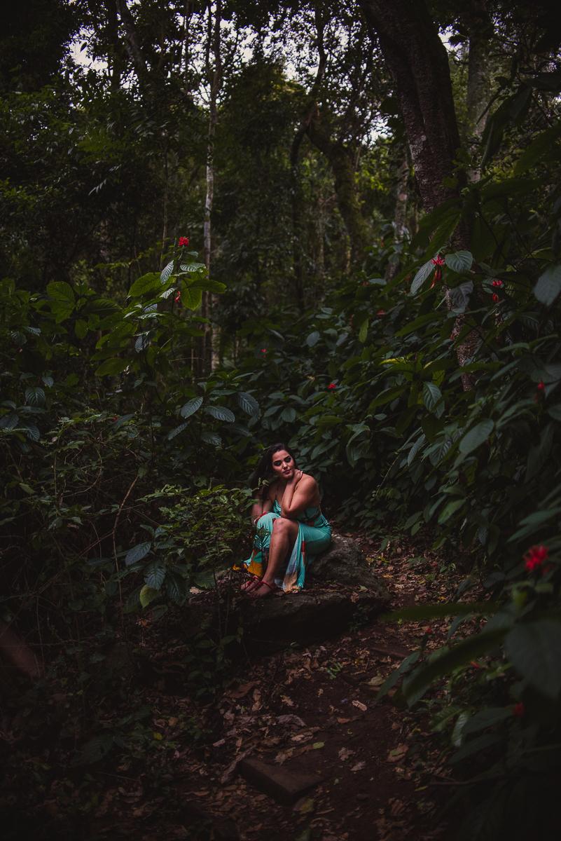 Ensaio feminino no parque da fonte grande. Fotografia realizada na trilha da mata do parque. Vegetação úmida com folhagens escuras.