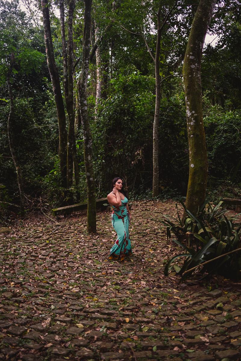 Mulher posando para foto em ensaio fotográfico na calçada de paralelepípedos do Parque da Fonte Grande em Vitória, Espírito Santo.