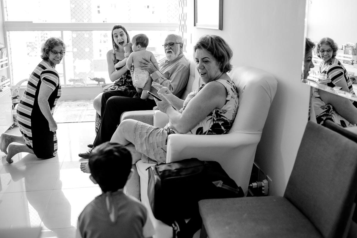 Momento em que o aniversariante se apresenta para os convidados em casa. Todos ficaram surpresos com sua fantasia. Fotografia documental de família. Aniversário em casa. Vila Velha - Itapuã.