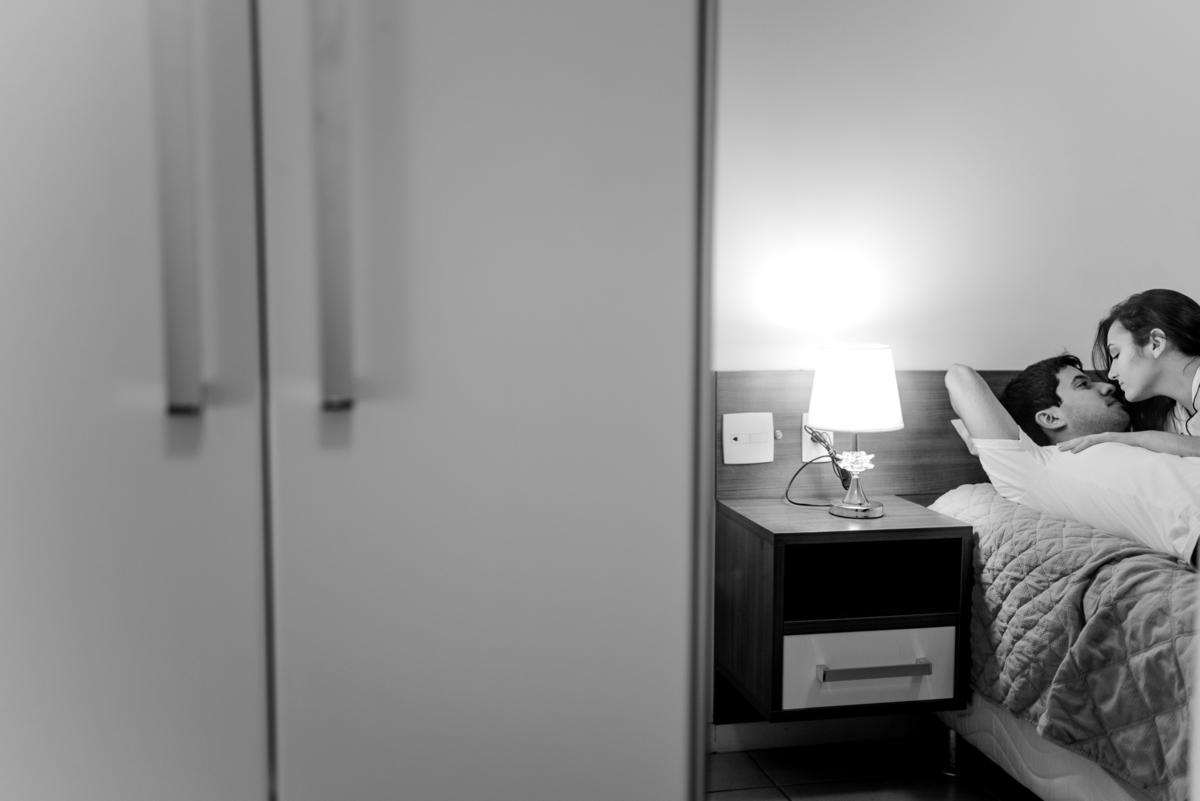 Retrato preto e branco. Casal deitado na cama. Fotografia do reflexo do espelho.