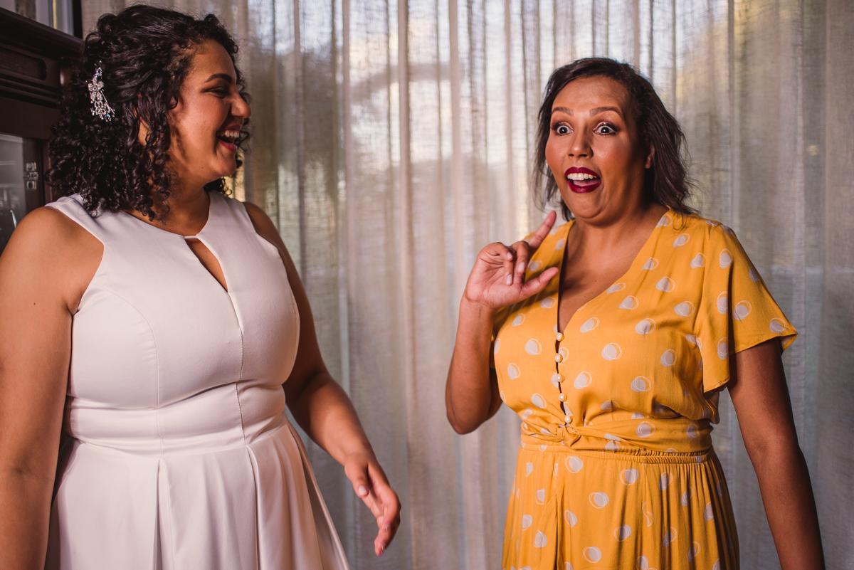 Noiva e Irmã, rindo - Making Of de noiva - Fotógrafo de Casamento - Vitória ES