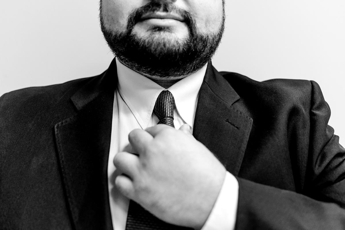 Noivo ajustando gravata - Fotografia de Casamento - Fotógrafo de Casamento em Vitória ES