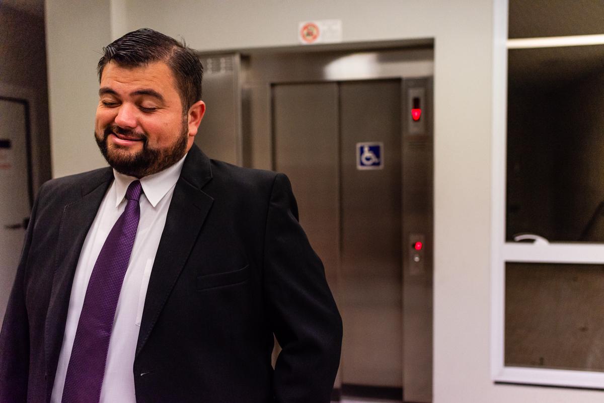 Noivo de costas para o elevador - Momento First Touch - Fotografia de Casamento