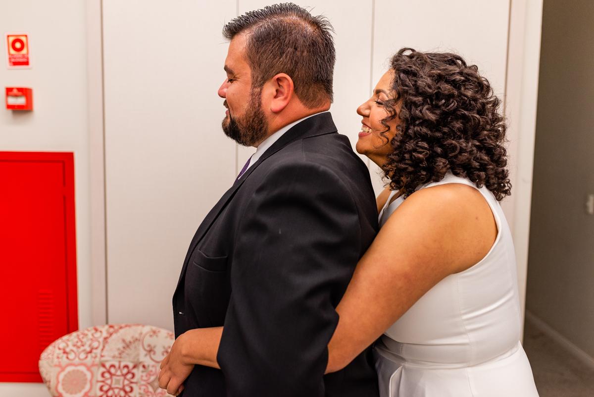 Momento em que a noiva abraça o noiva de costas - First Touch - Fotografia de Casamento