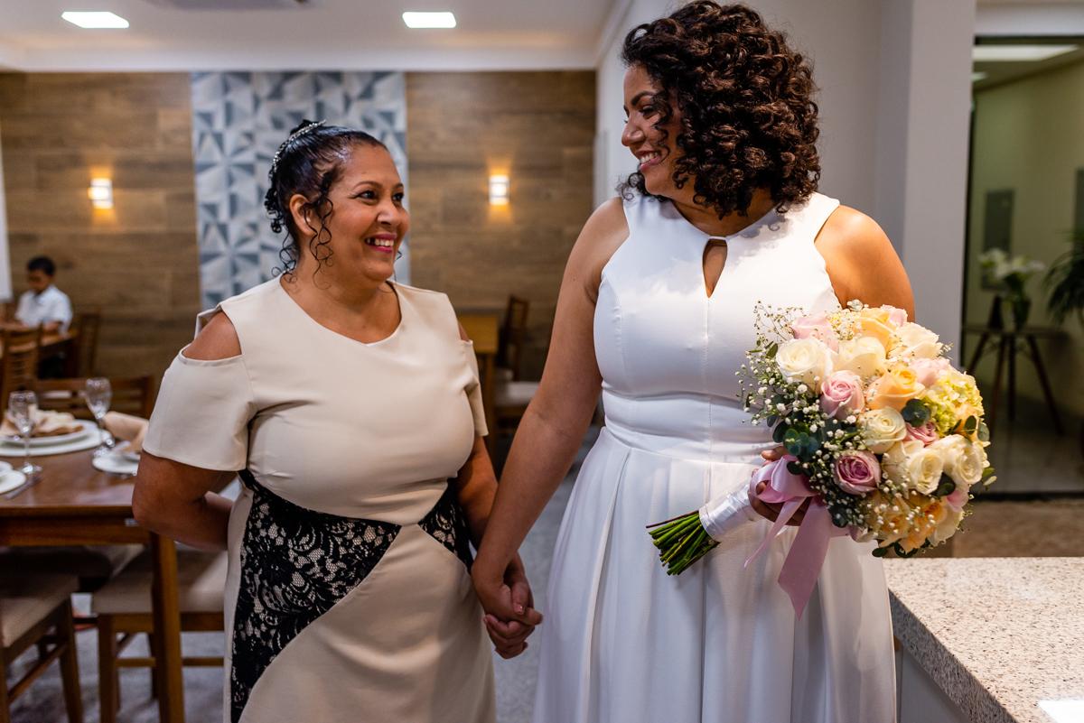 Momento de entrada da noiva com a mãe. Fotografia de casamento - Vitória ES