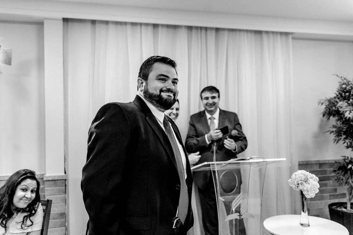 Noivo olhando a noiva entrar no altar - Fotografia de casamento - Vitória ES - Fotógrafo de Casamento