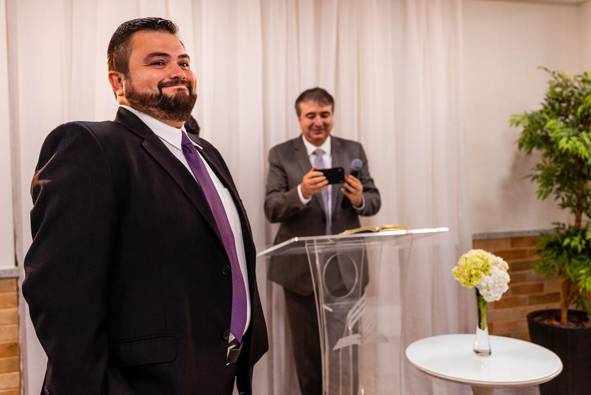 Noivo esperando a noiva entrar - Fotografia de casamento